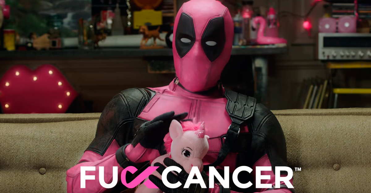 Deadpool veste rosa em luta contra o câncer