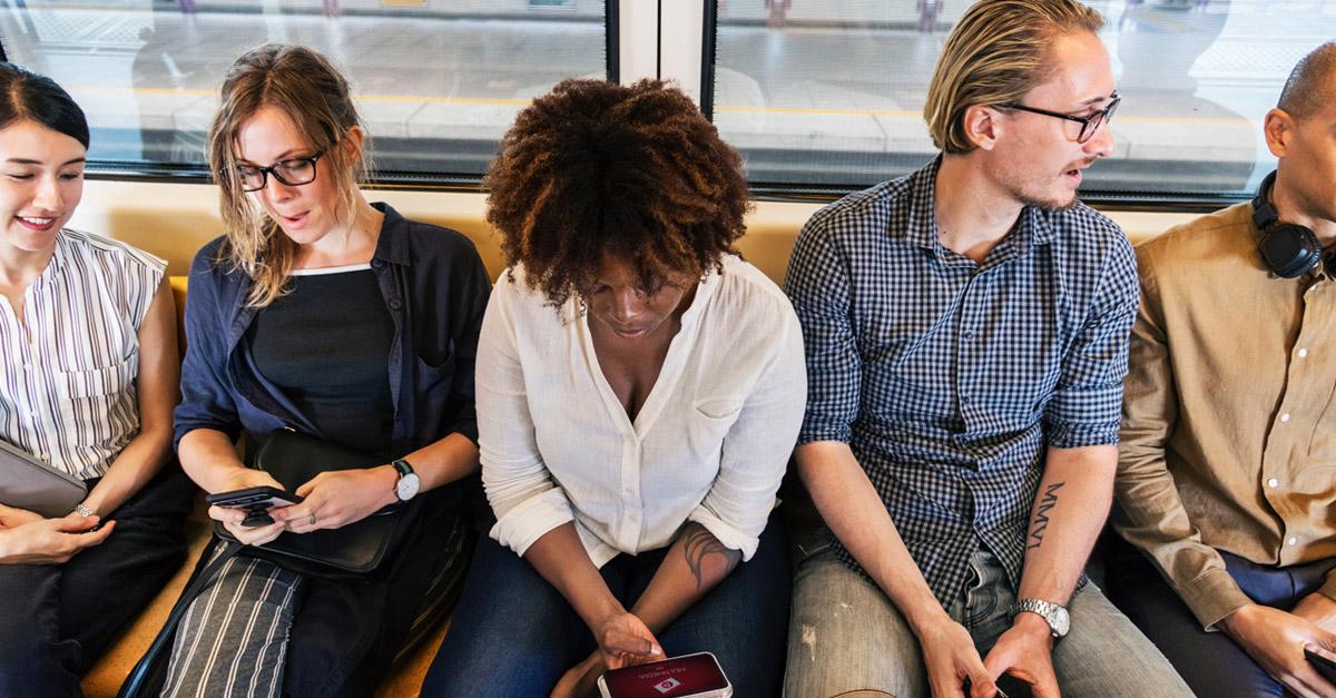 pessoas no metrô usando o celular